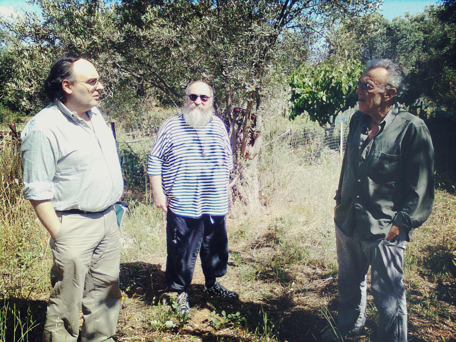 O Χρόνης Μπερτόλης με τον Τζίμη Πανούση και τον Γιώργο Πανουσόπουλο στην Παιανία. Φωτογραφία: Σωτήρης Κακίσης