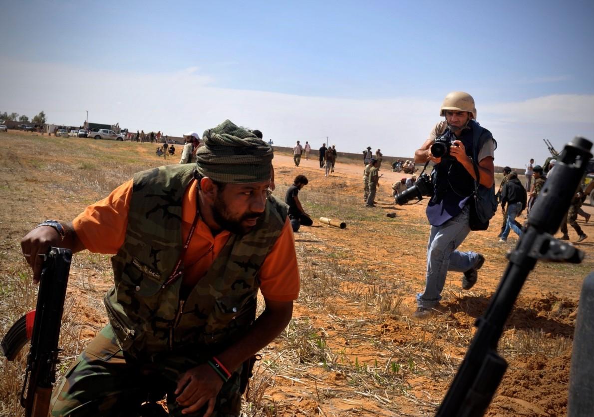 Ο Άρης Μεσσήνης στην καρδιά της βίας στη Λιβύη. Στις 13 Οκτωβρίου 2011, στη μάχη της Σύρτης, η σφαίρα ενός ελεύθερου σκοπευτή χτύπησε στον τοίχο δίπλα από το κεφάλι του και δυο ώρες αργότερα ένας όλμος έσκασε μπροστά του, σκοτώνοντας δυο μαχητές και τραυματίζοντας αρκετούς ακόμη. Credit: Bela Szanderzky