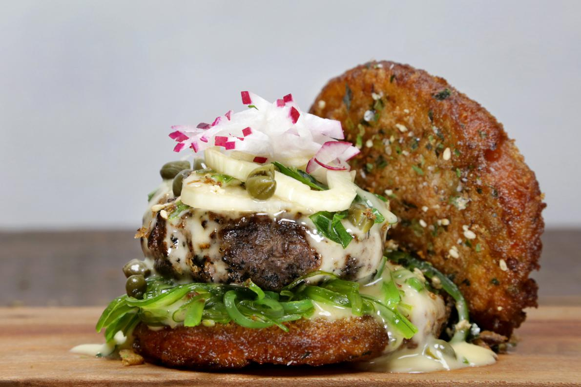 The Merman: Τοσταρισμένο ψωμάκι γαρίδας, σαλάτα από φύκια, μοσχαρίσιο μπιφτέκι μαριναρισμένο σε furikake, σάλτσα «beurre blond», κάππαρη και φρέσκια σαλάτα από ραπανάκι.