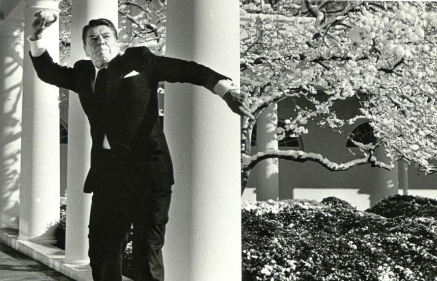 O Ronald Reagan παίζει χιονοπόλεμο στον Λευκό Οίκο, 1986