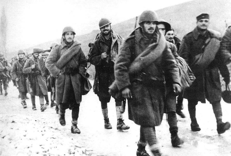 Έλληνες στρατιώτες κατευθείνονται προς το μέτωπο