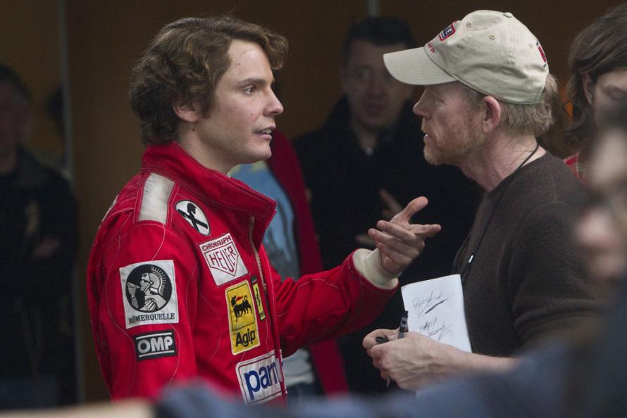 Ο βραβευμένος με Όσκαρ Ρον Χάουαρντ (εδώ συνομιλεί με τον Ντάνιελ Μπρουλ) σκηνοθετεί ένα μηχανοκίνητο έπος που θα καθηλώσει τους φαν τηςFormula1.