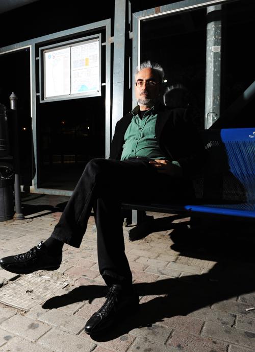 «Έγραψα ένα μυθιστόρημα όχι ως ρεαλιστική απεικόνιση, αλλά ως μια δική μου εκδοχή, γι' αυτό και το αφηγούμαι πρωτοπρόσωπα, σαν να είμαι εγώ ο ίδιος συνεργάτης του Τσιτσάνη στο μαγαζί», λέει ο Γιώργος Σκαμπαρδώνης.