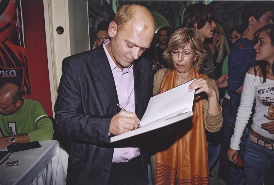 Στην παρουσίαση του βιβλίου «Όλο σοκολάτα» στο Αττικόν με προβολή της ταινίας «Εργοστάσιο Σοκολάτας» (2005)