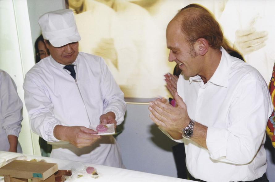 Κατά τη διάρκεια παρουσίασης στην Αθήνα με Ιάπωνες του ζαχαροπλαστείου Toraya (2003)