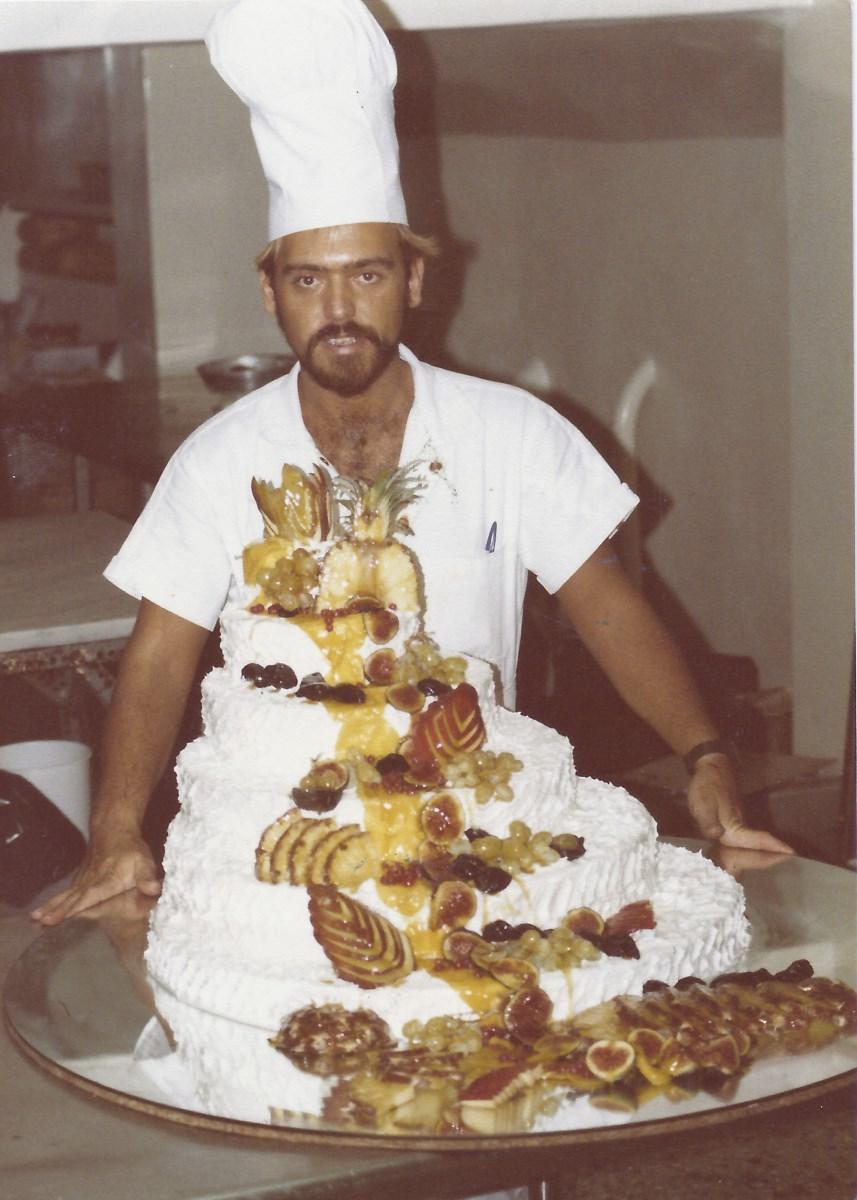 Στο εργαστήριο του «Fresh» στους Αμπελόκηπους, τη χρονιά που άνοιξε το ζαχαροπλαστείο που πυροδότησε τη φήμη του (1982)