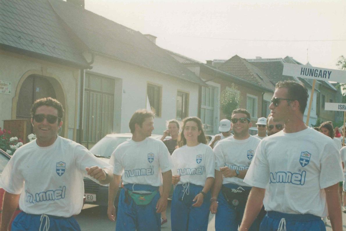 Τελετή έναρξης του Πανευρωπαϊκού Πρωταθλήματος 470, Το 1993 στην Αυστρία. Από αριστερά προς τα δεξιά: Πασχαλίδης, Κοσματόπουλος, Καλούδη, Παρούσης, Νικολόπουλος, Τριγκώνης.