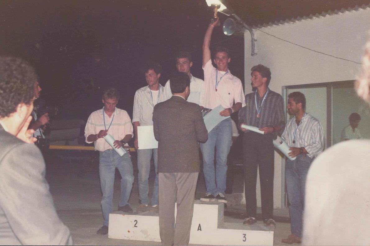 Πανελλήνιο πρωτάθλημα 1988. Ο Κώστας (τέταρτος από αριστερά) δεν κρύβει τη χαρά του για την πρώτη θέση, ο Ντάνης (πρώτος από δεξιά) με χαμόγελα κι αυτός στο τρίτο σκαλί του βάθρου.