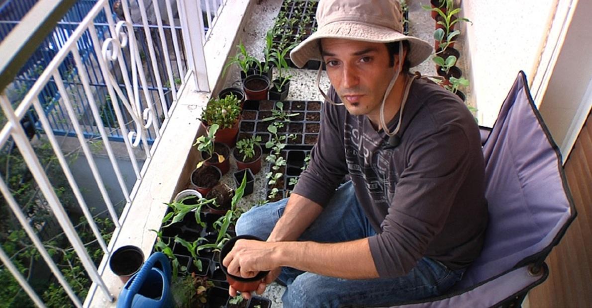 «Πώς τρέφεσαι; Πώς καλλιεργείς στην πόλη; Πώς ξεφεύγεις από τα συστημικά πρότυπα; Θέτοντας τέτοια ερωτήματα στον εαυτό μου, αποφάσισα να φτιάξω το ντοκιμαντέρ, το website και τους δικούς μου ''κρεμαστούς κήπους'', φυτεύοντας πάνω από 700 φυτά, με σκοπό να δημιουργήσω δίκτυα ανθρώπων που ανταλλάσσουν σκέψεις, ιδέες και σπόρους».