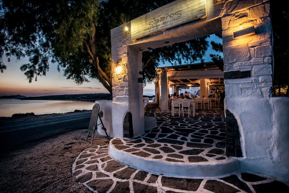 To Si Paros στο δρόνο για την εξαιρετική παραλία της Λάγγερης.