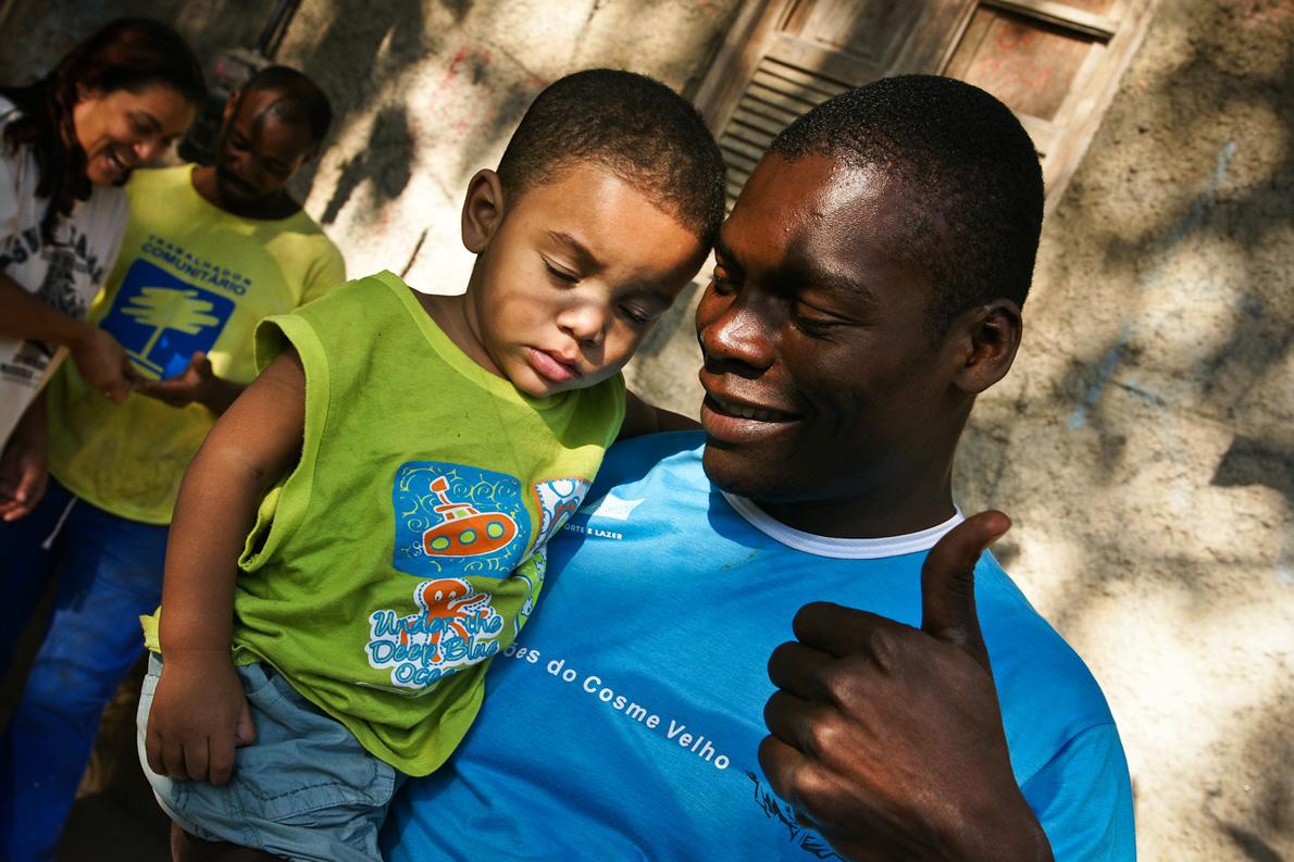 Ο Ενρίκε –ξεναγός στο επάγγελμα– με τον γιο του.