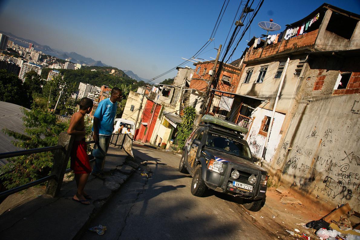 Ίσως το μόνο αυτοκίνητο με ελληνικές πινακίδες που έχει μπει σε φαβέλα του Ρίο. Κανείς δεν μας πείραξε εκείνο τουλάχιστον το πρωινό…