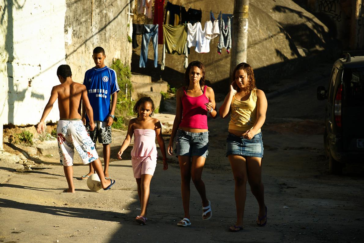 Μπάλα και αργοί ρυθμοί ζωής στο Κόσμε Βέλιο. Δεν είναι έτσι ακριβώς σε κάποιες άλλες φαβέλες του Ρίο, όπως μας είπαν οι ίδιοι οι ντόπιοι.