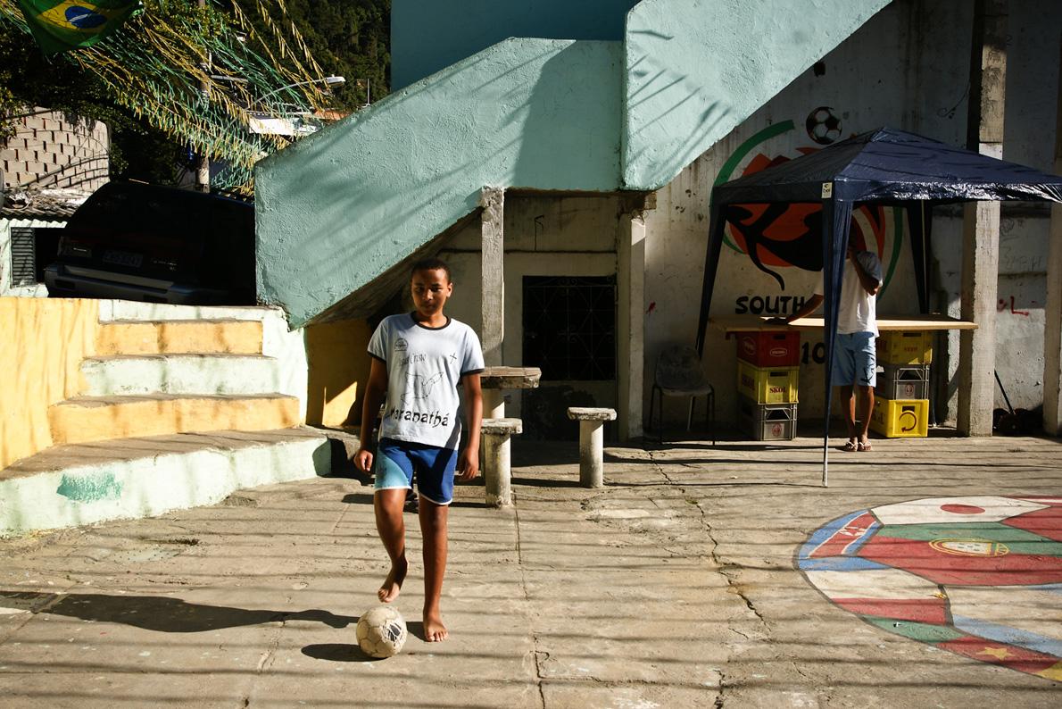 Η λατρεία για το ποδόσφαιρο γεννιέται στα τσιμεντένιες ταράτσες των βραζιλιάνικων bairro, όπως το Κόσμε Βέλιο.