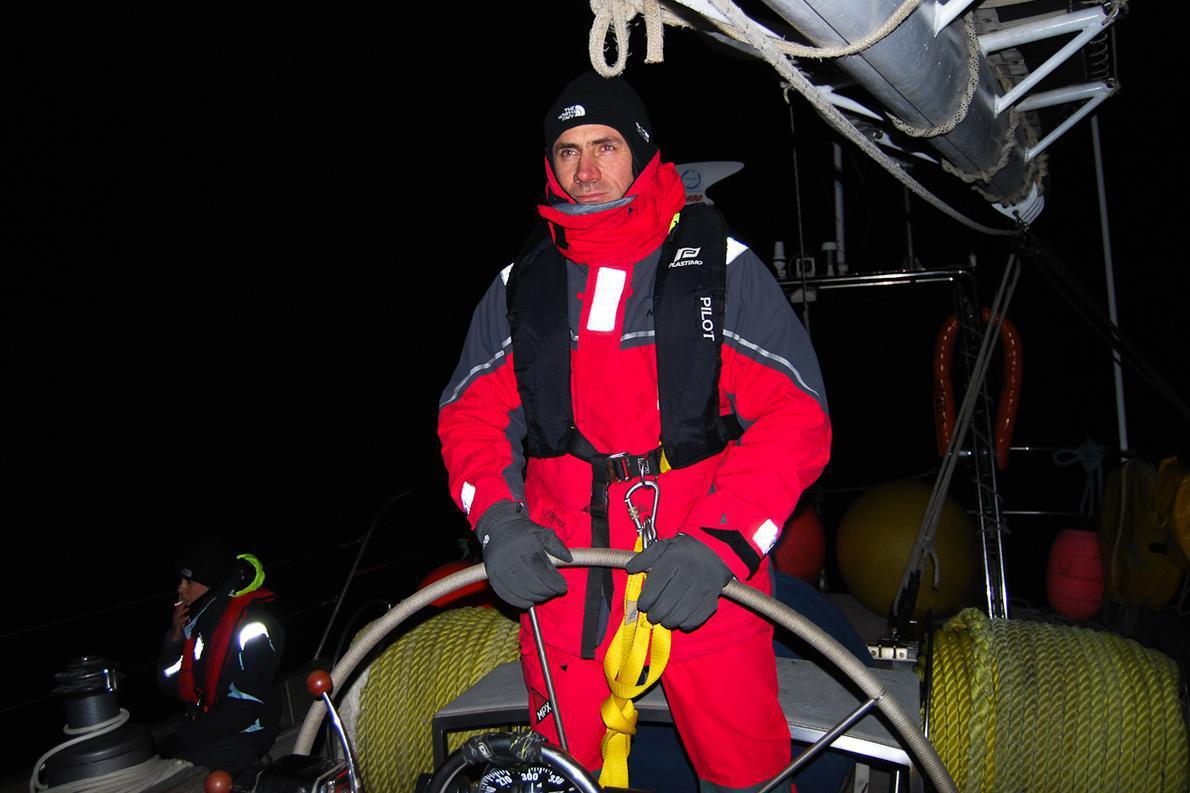 Ο Πάνος Τσικόπουλος στα πηδάλια, στις πρώτες ημέρες του ταξιδιού, όταν ακόμη οι νύχτες του νότου ήταν σκοτεινές