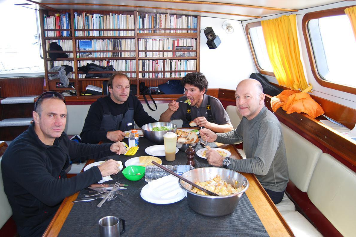 το φαγητό και η θέρμανση στο εσωτερικό του σκάφους είχαν υπολογιστεί με γνώμονα την οικονομία και ποτέ δεν ήταν αρκετά.