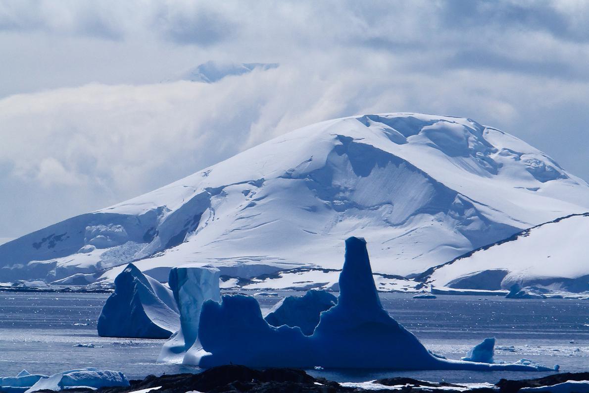 Βουνά που υψώνονται μέχρι 3000 μέτρα από την επιφάνεια της θάλασσας και σουρρεαλιστικοί σχηματισμοί από πάγο συνθέτουν το μοναδικό τοπίο της Ανταρκτικής