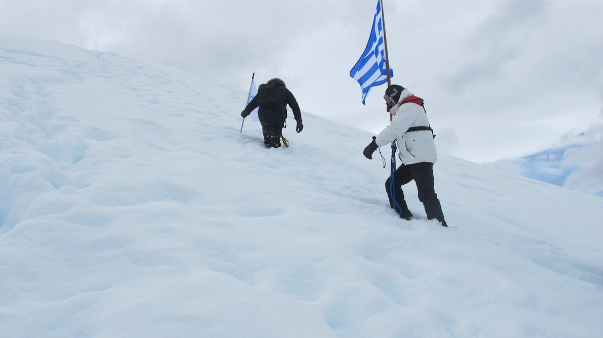 Η ελληνική σημαία σε ένα από τα βουνά της Ανταρκτικής Χερσονήσου που ανήκει στην Αργεντινή