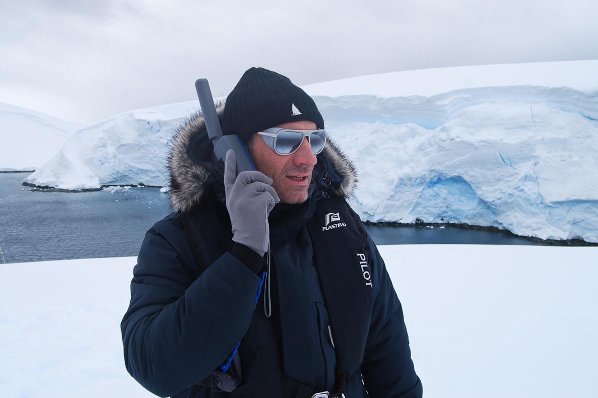 Ο Πάνος Τσικόπουλος  δοκιμάζει το δορυφορικό τηλέφωνο της Inmarsat
