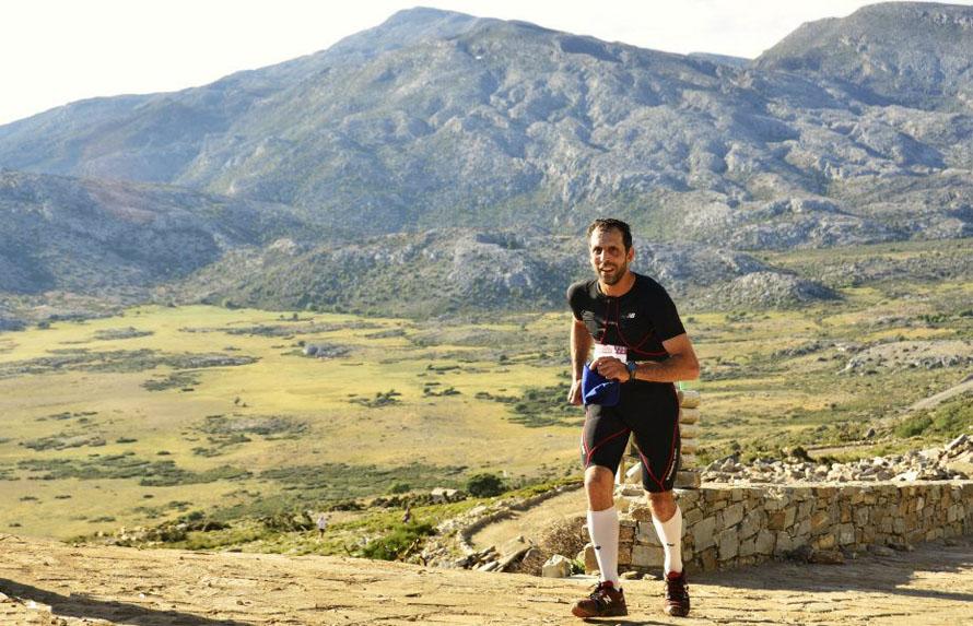 Τρέχοντας στον Ψηλορείτη, το 2012. «Όταν για κάποιο λόγο χάσω την προπόνησή μου, μού λείπει πολύ. Είμαι παντρεμένος με το τρέξιμο!», λέει ο Παντελής Καμπαξής. (Φωτογραφία: Hannisze)