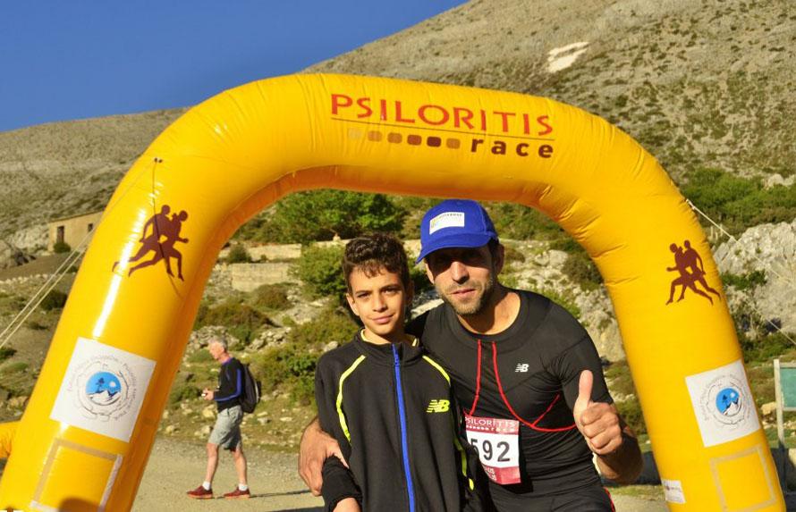Στον τερματισμό του αγώνα στον Ψηλορείτη, το 2012, μαζί με τον γιο του Γιάννη. (Φωτογραφία: Hannisze)
