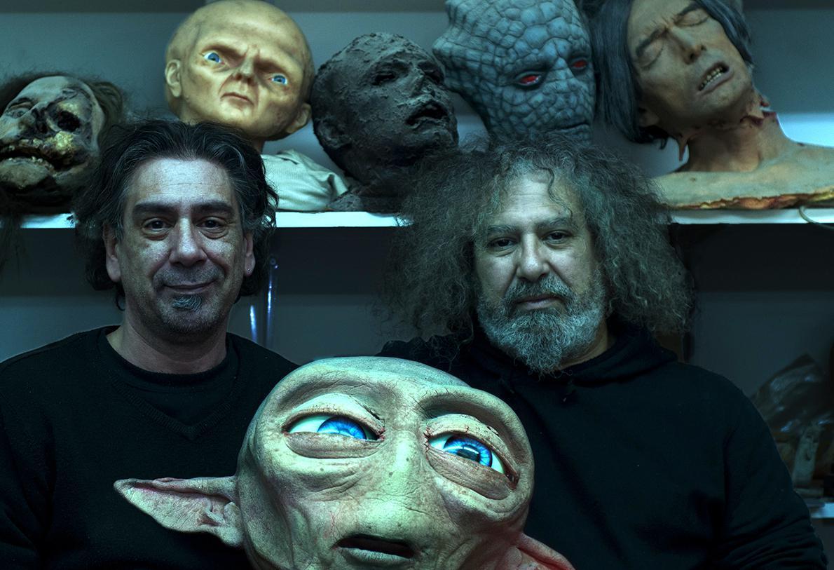 «Τα ινδάλματά μας είναι οι Dick Smith και Jack Pierce. O Pierce ήταν Έλληνας, πέθανε γύρω στα 66 ή στα 67 του. Ο Dick Smith ζει ακόμα και πέρυσι πήρε τιμητικό Όσκαρ. The God of make-up!», λένε ο Γιώργος και ο Ρούλης Αλαχούζος (από αριστερά).