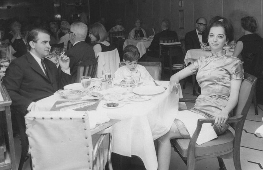 Με το γιο του Νικόλα και τη σύζυγό του Ελένη Σαράντη στο πλοίο που τους έφερε πίσω από την Αμερική στην Ελλάδα (1965).